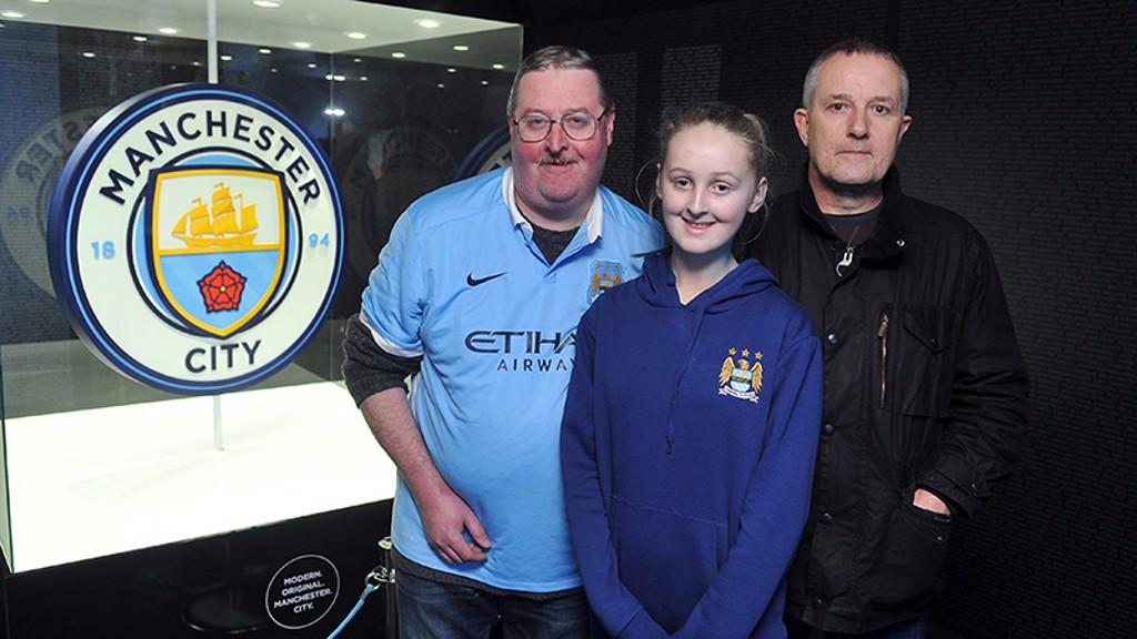 Fans se fotografían junto al nuevo escudo