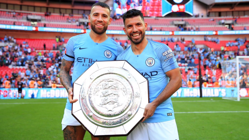Otamendi y Agüero posan con el trofeo de la Community Shield en Wembley.