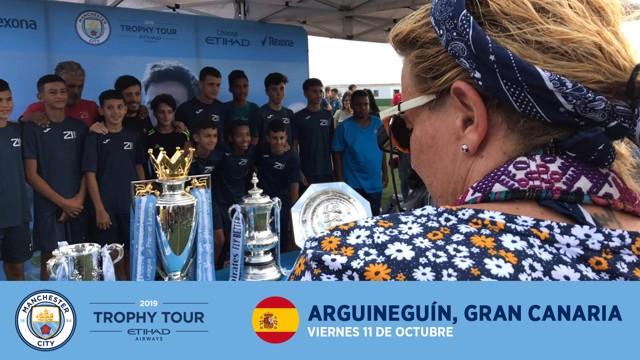 TROPHY TOUR 2019. David Silva posa junto a los trofeos y los chavales del CD Arguineguín.
