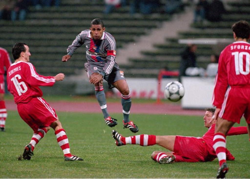 En el Olímpico de Múnich, Sonny Anderson prueba fortuna frente al arco del Bayern de Múnich (2000).
