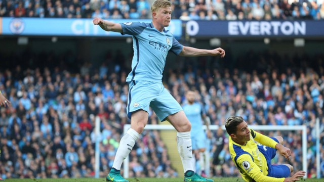 PRESSURE: Kevin De Bruyne has another go